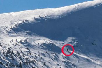 To nebyl apríl, když jezdci na sněžných skutrech a lyžaři řádili v první zoně KRNAP